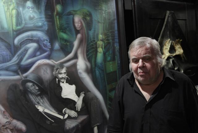 """HR Giger vor seinem Werk """"Friedrich Kuhn II"""". Es zeigt seinen Freund, den er noch kurz vor dessen Tod fotografiert hat. Dezember 2011 © Christian Schwarz"""