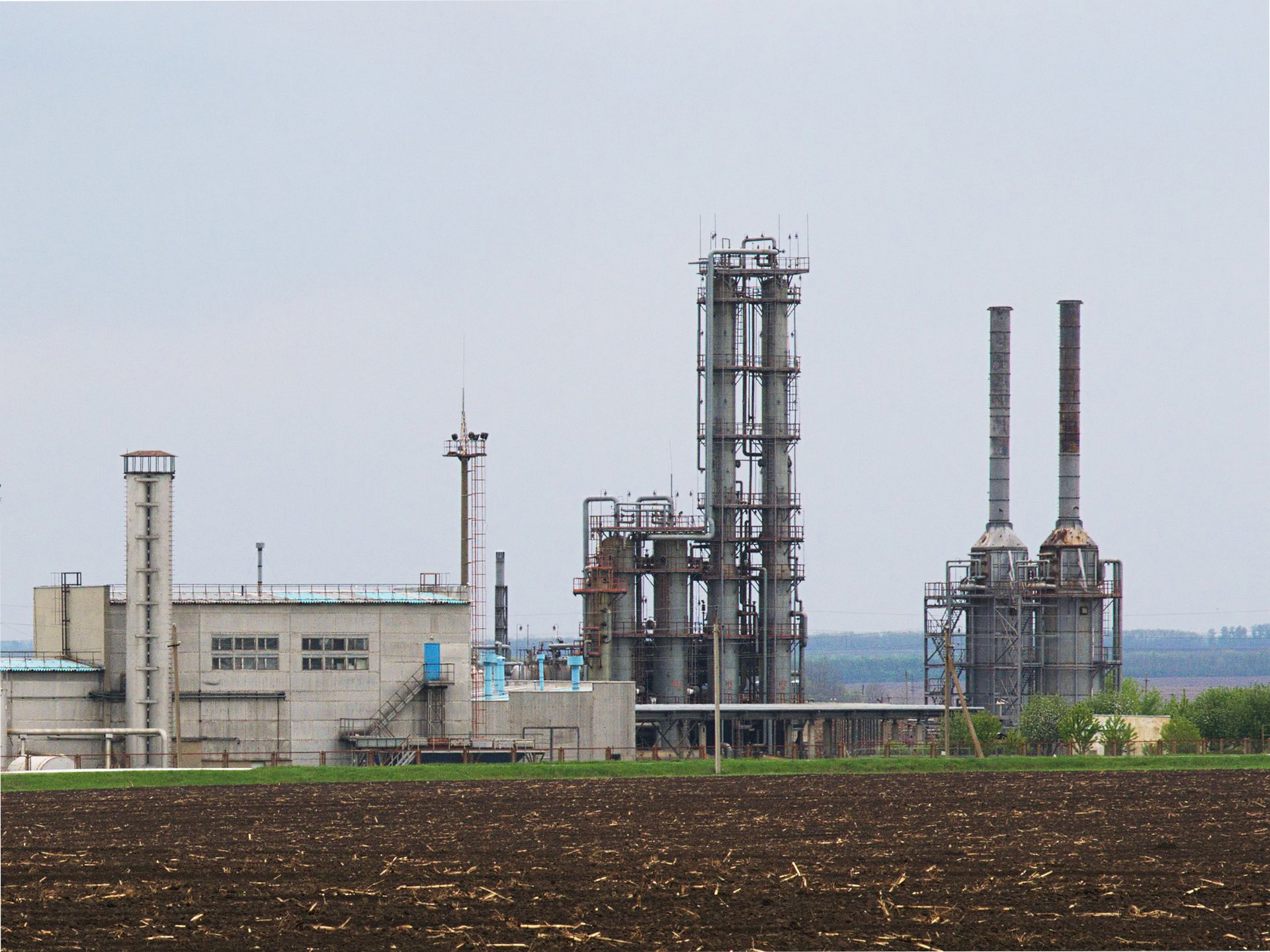 A Natural Gas Processing Facility By ReAl (Own work) [CC BY-SA 3.0 (http://creativecommons.org/licenses/by-sa/3.0)], via Wikimedia Commons