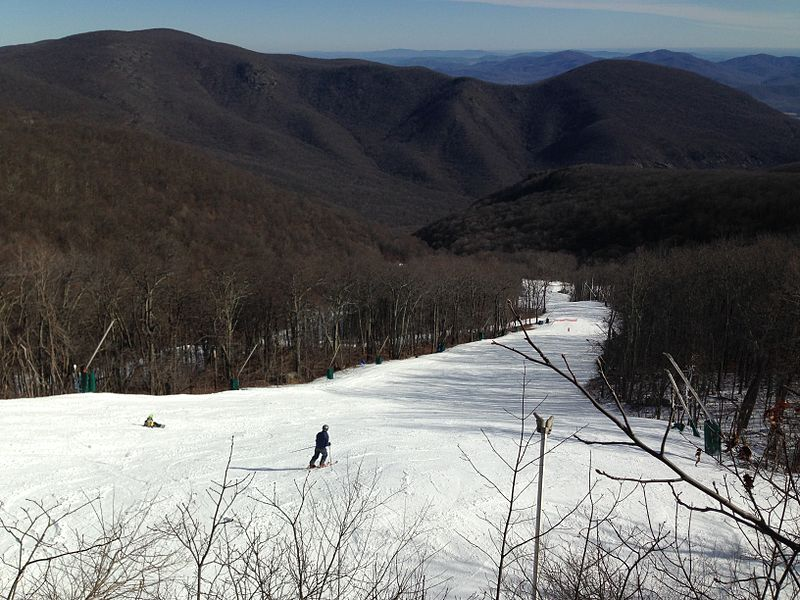View down a ski slope in Wintergreen, Nelson County, Virginia by Mojo Hand (Own work) [CC BY-SA 3.0 (http://creativecommons.org/licenses/by-sa/3.0)], via Wikimedia Commons