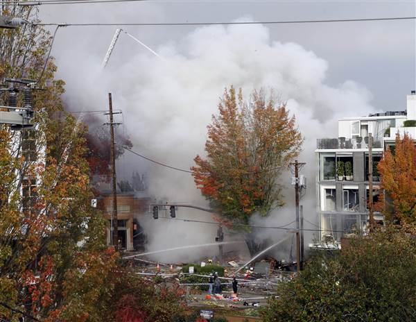 Firefighters work to put out fire after a natural gas explosion occurred in Portland, Oregon, October 19, 2016. Photo: Don Ryan / AP