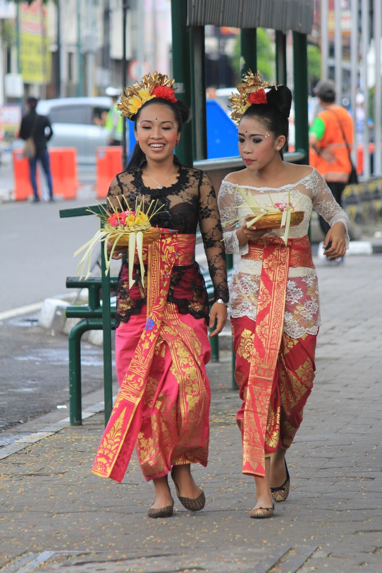 traditional-clothes-801317.jpg