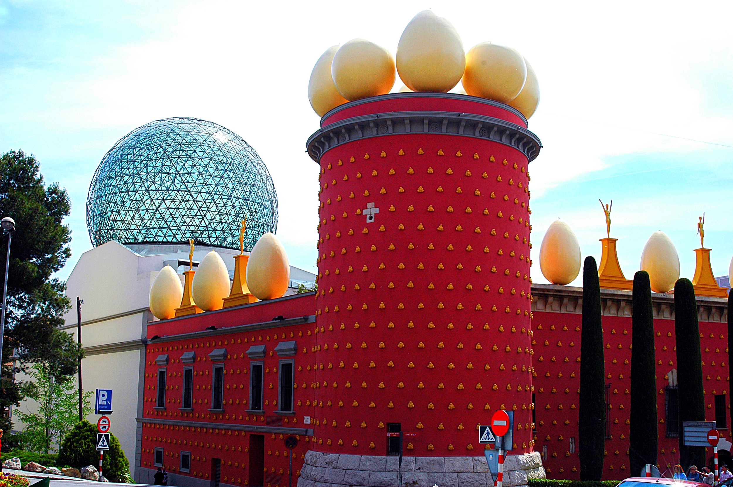 117_Figueres,_torre_Galatea_i_cúpula_del_Museu_Dalí.JPG