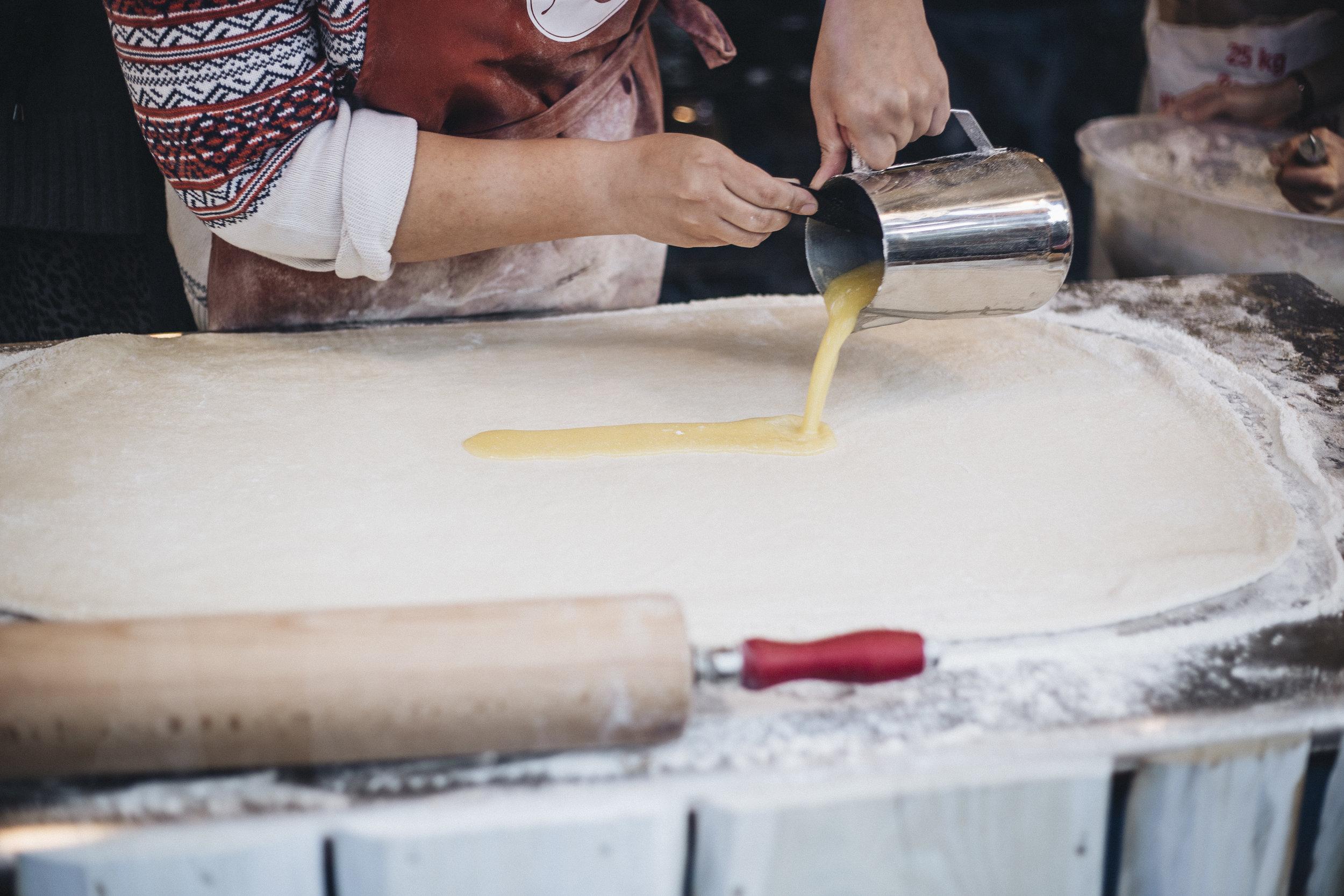 Street Food Festival Kiki Lento Zimtschnecken machen Foto.jpg