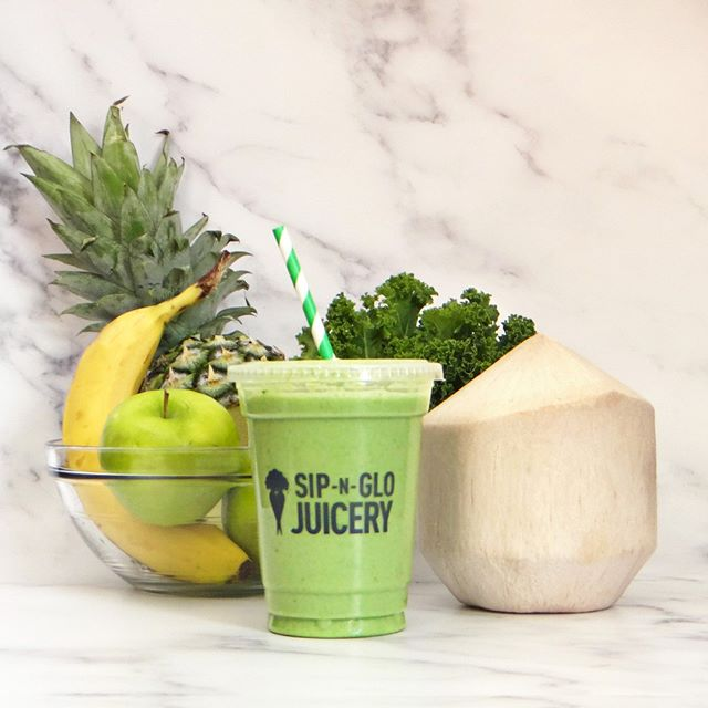 With tropical flavors like these, it's hard not to feel like vacation. ⁠ ⁠ ⁠ Tropikale: Coconut Water, Banana, Pineapple, Granny Smith Apple, Kale, Coconut Manna⁠ ⁠ ⁠ #sipnglo #sipnglojuicery #healthyhabits #smoothie #kale #coconutmanna #healthyphilly ⁠