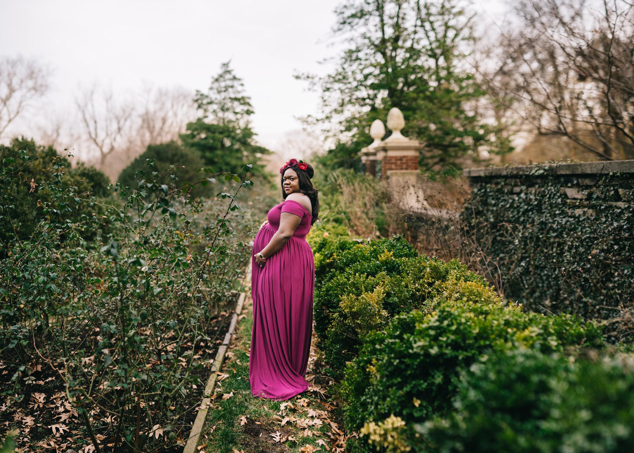 garden maternity portraits