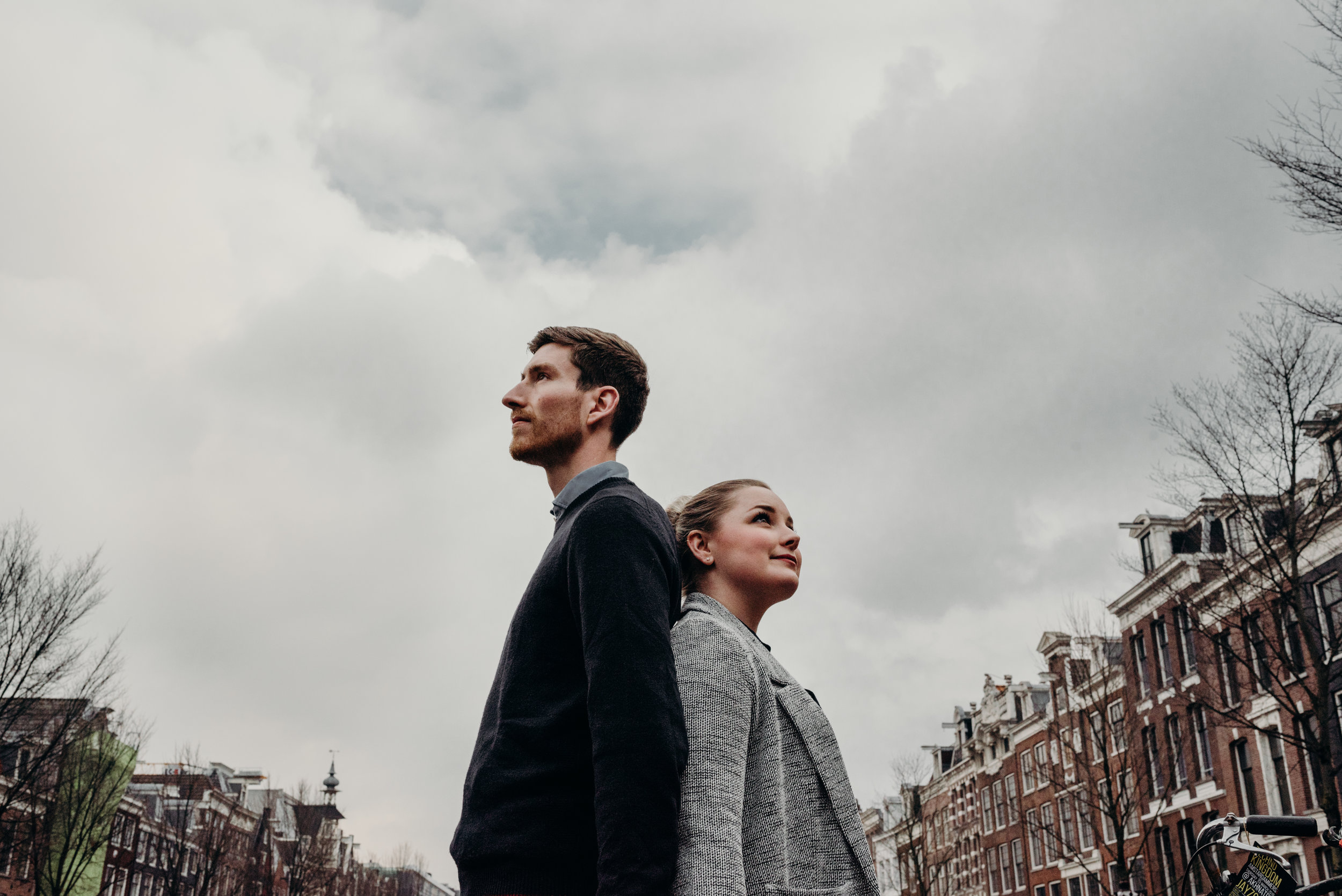newly married couple on a grey day in Amsterdam