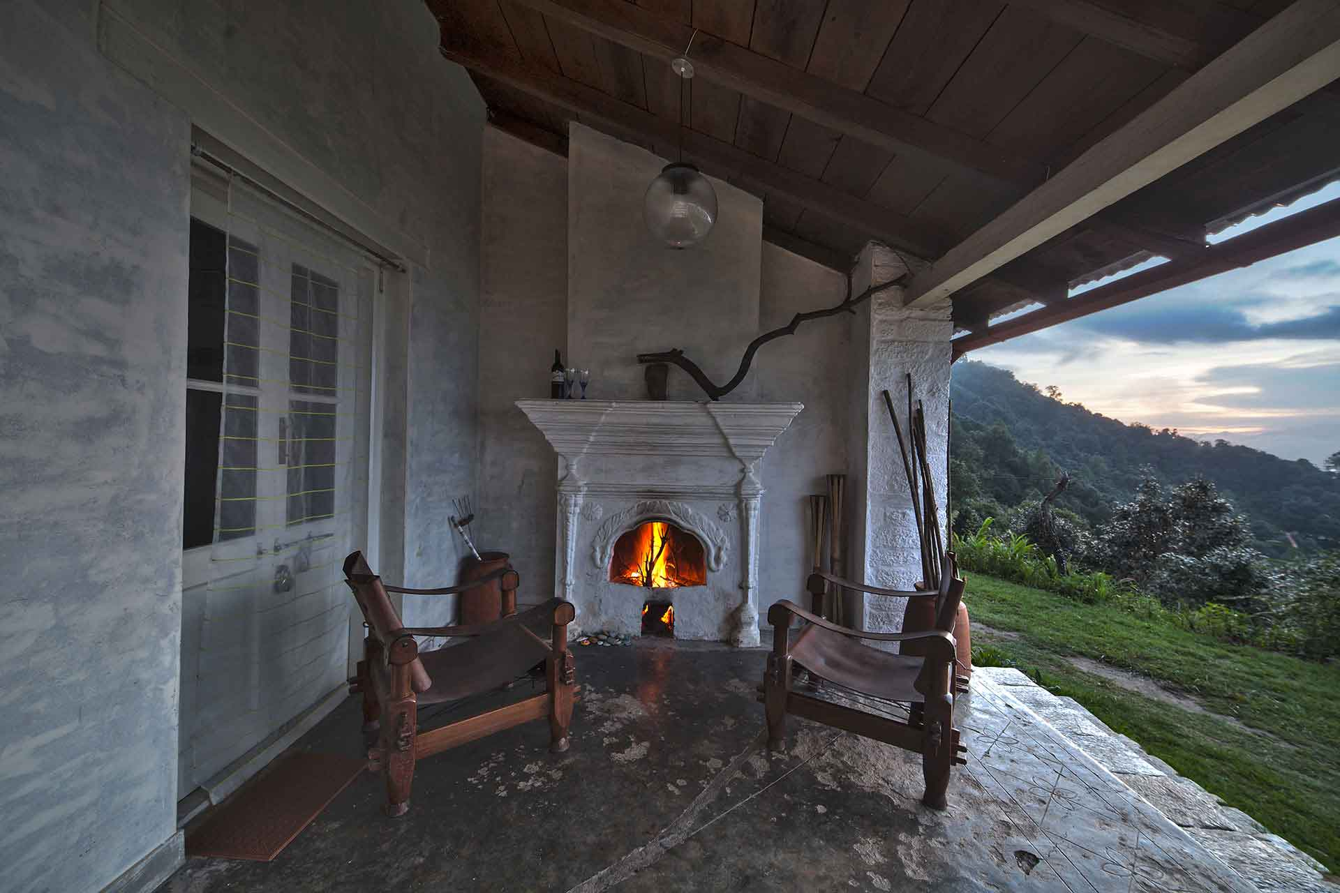 Spread across the length of the house with fire places on each side