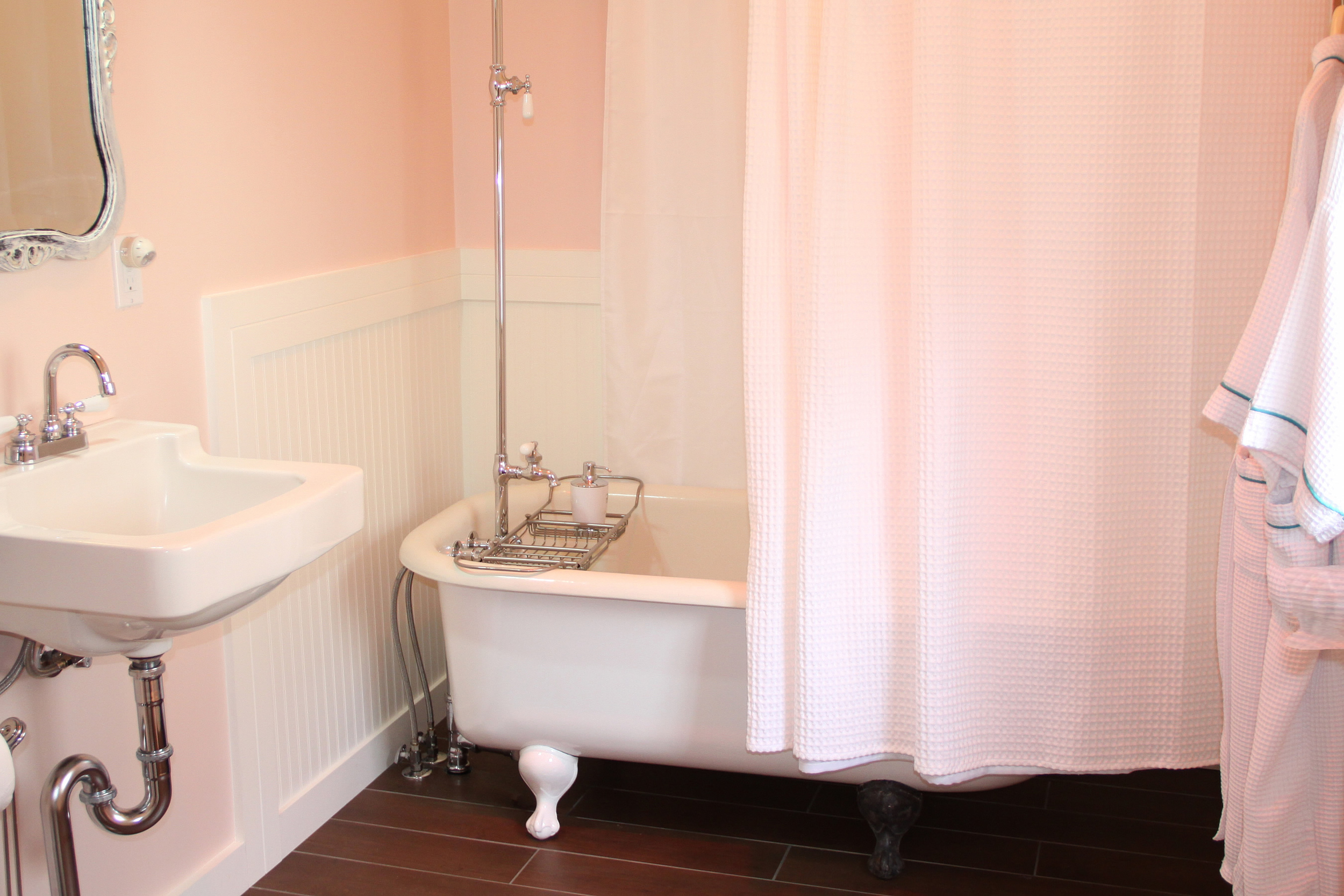 Private bath in Reader's Retreat Room at Ten Inverness Way Lodge