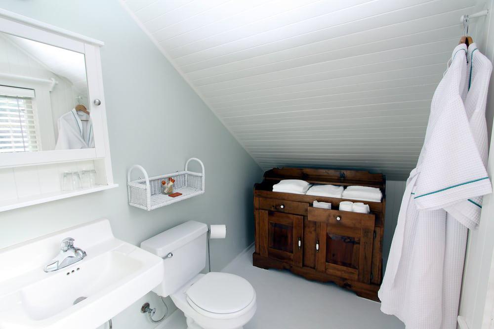Private bath in Ten Inverness Way lodge room