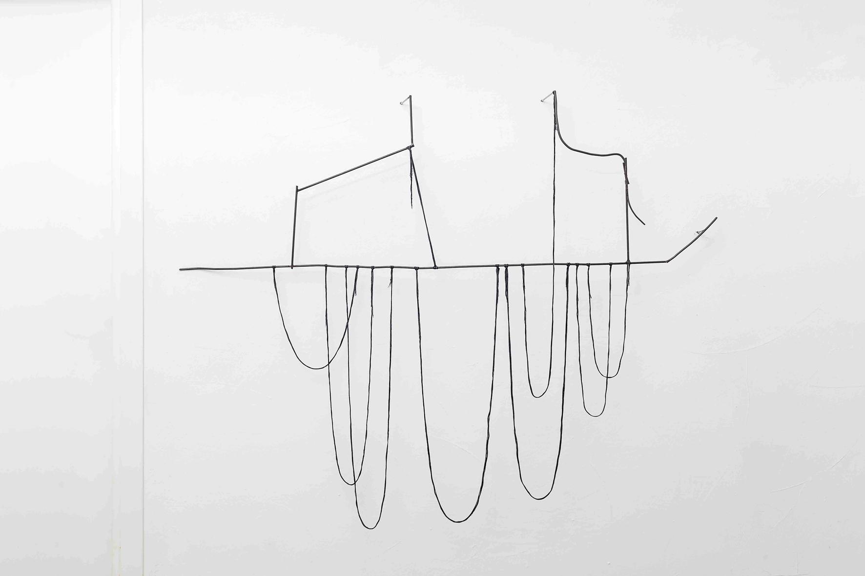 All' àncora di un corrimano  2016, tondino di ferro e filo di cotone, cm 173x130x16  Composto da tondini di ferro e fili, il lavoro mette in dialogo il metallo che sostiene e il cotone che vi si adagia.