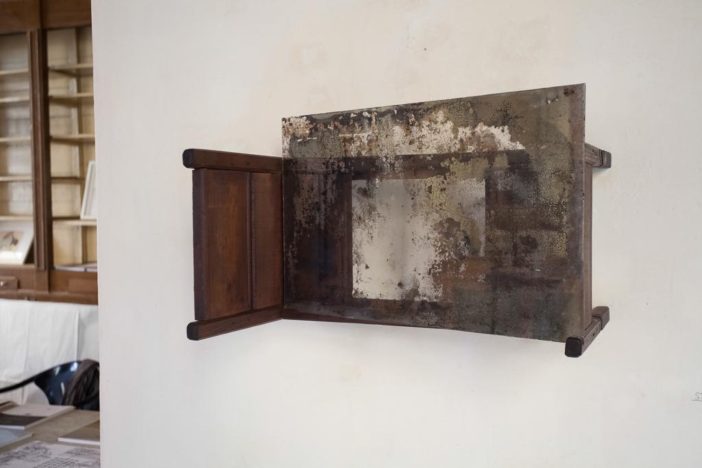 Stanza  2013 - Lettino in legno e specchio - cm 36x35x55