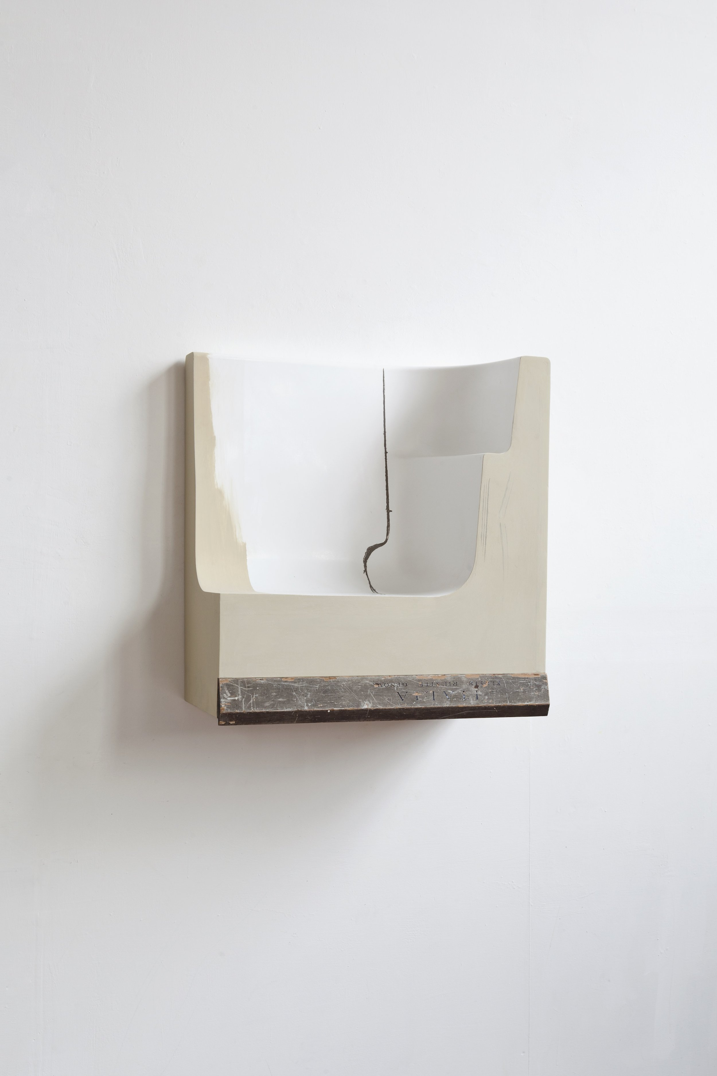 Small fragment  2019 - resina, legno e stucco - cm 61x57x29