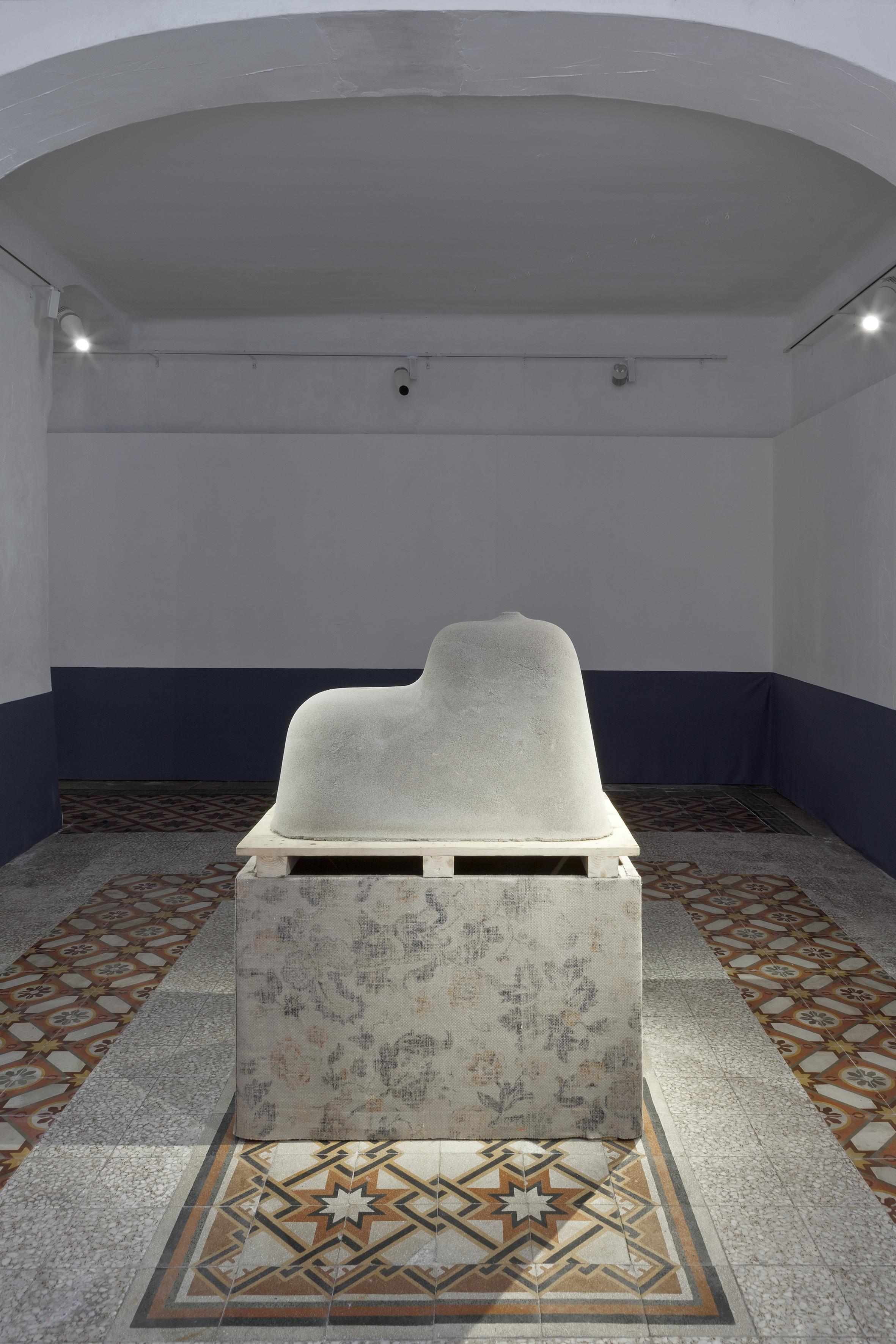 Di qualcosa il fondo, per qualcosa il coperchio , 2016, sabbia compressa, tessuto, legno, dimensioni ambientali.  Visione parziale della mostra  Al tempo stesso  2017