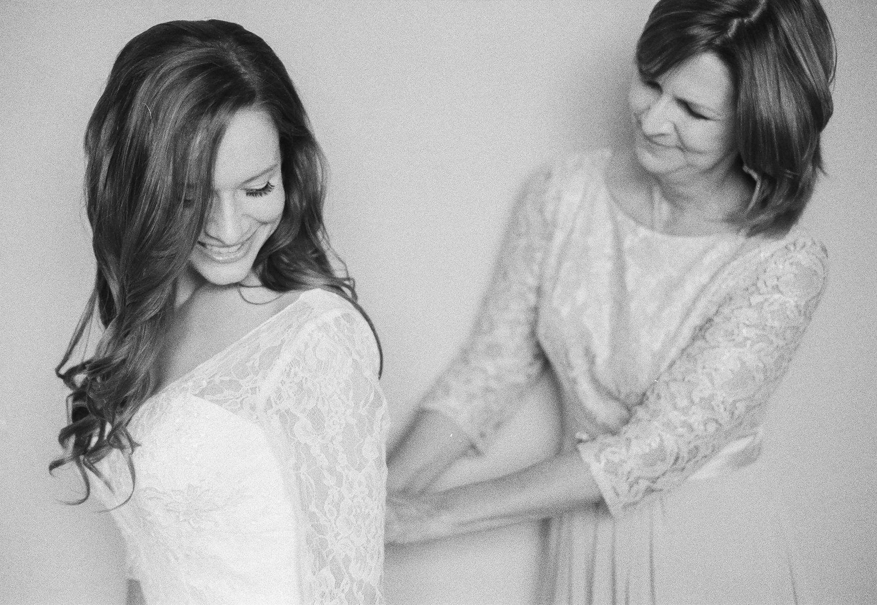 Mom Zipping Bride Dress | Intimate Crestview Florida Wedding | Jennifer Blair Photography