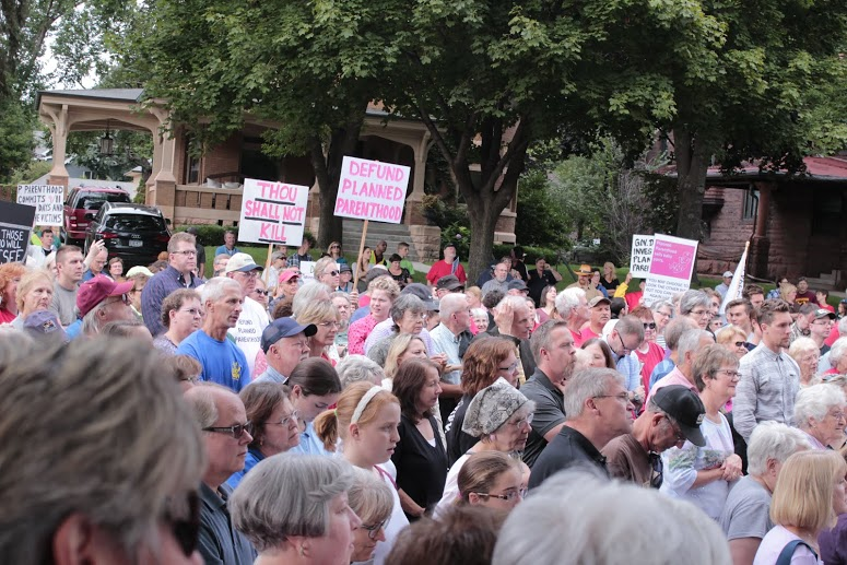 Crowd swells to 1500+ at the #FirestormMN rally at the Governor's mansion on 9-9-15