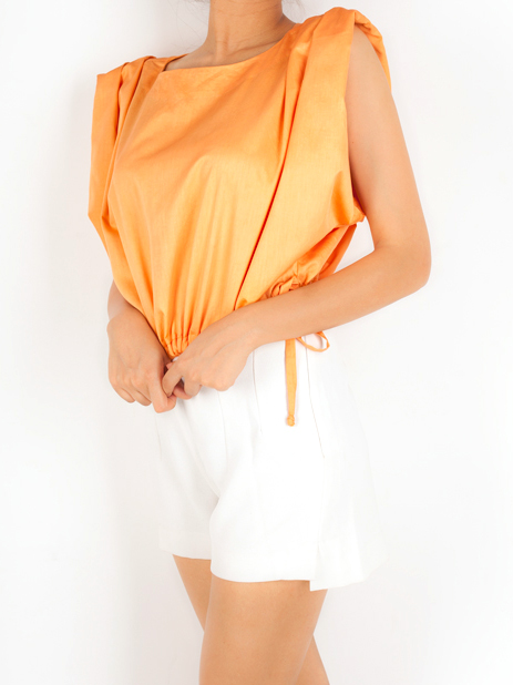 CROP TOP WITH GATHERED SLEEVE   This fun crop top has an exaggerated sleeve detail and is made from 100% Cotton Twill. It has a drawstring at the bottom and can be worn according to the comfort of the wearer.  Code : 0015GSTO