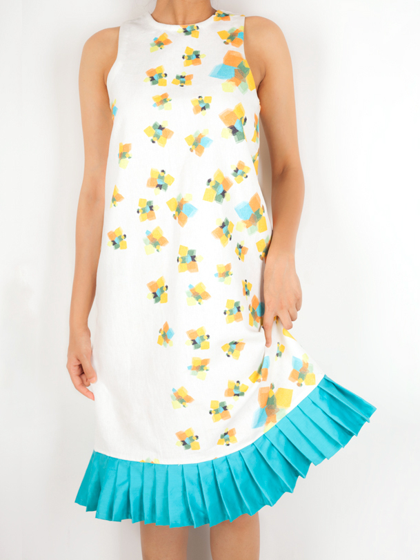 SHIFT DRESS WITH PLEATS   This relaxed shift dress in the 'Geometric Butterflies' print is perfect for a day out. Made out of 100% Cotton Linen it has a pleat detail along the hemline, in a vibrant cyan.  Code : 0013SDPB