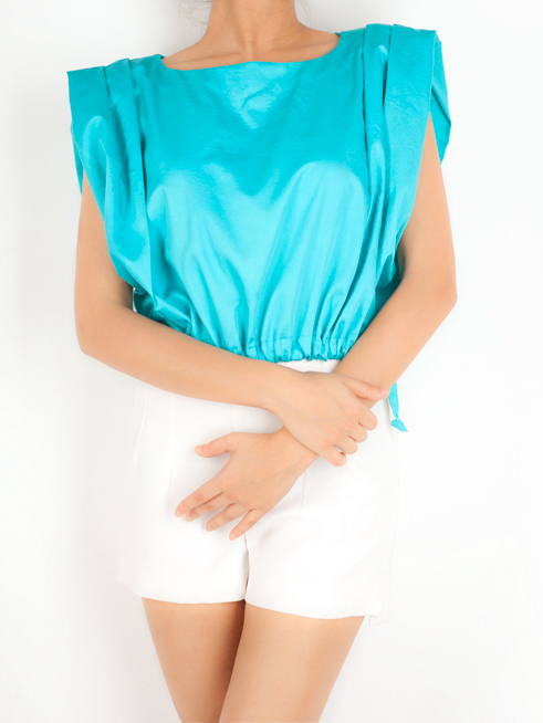 CROP TOP WITH GATHERED SLEEVE   This fun crop top has an exaggerated sleeve detail and is made from 100% Cotton Twill. It has a drawstring at the bottom and can be worn according to the comfort of the wearer.  Code : 0015GSTB