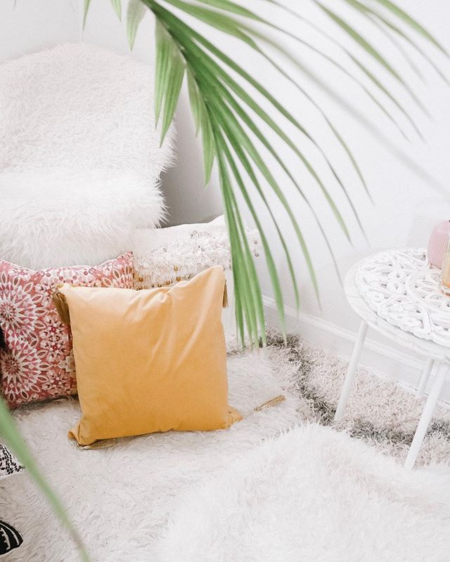 Excuse me while I lay on the floor and pretend I'm on an  island 🌴 😌 Are you like me prefer to sit on the floor than actual seats 🛋? : : : Since I'm not going on an island anytime soon I love just chilling with my plants. : DESIGN PSYCH TIP: did you know adding plants can improve your mental health along with other amazing benefits?! #interiortherapy : : : : : : #showemyourstyled #hyggehome #simplystyleyourspace #sodomino #interiorwarrior #lonnymag #everydayibt #thatsdarling #iplanteven #myhousebeautiful #ggathome #atmine #glitterguide #plantsmakepeoplehappy #crazyplantlady