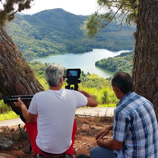 Nuestro director de fotografía Fernando trabaja con nuestro Fixer Neftalé para capturar el contraste entre la belleza del paisaje y la historia oscura de #tonobicicleta #documental #puertorico #castañer