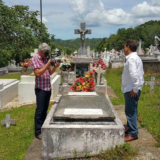 Heriberto, el director de la funeraria Irizarry, discutiendo el funeral de Toño donde cerca de 1,000 personas se acercaron a enterrarlo. Pueden ver la tumba de Toño. #puertorico #tonobicicleta #documental #Lares #leyenda