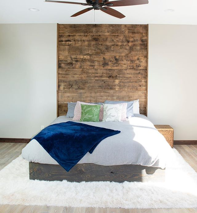 Love this simplicity and also the custom barn wood headboard. @kendrajoswiak  #buildersofig #bodenbuilt #barnwoodbuilders