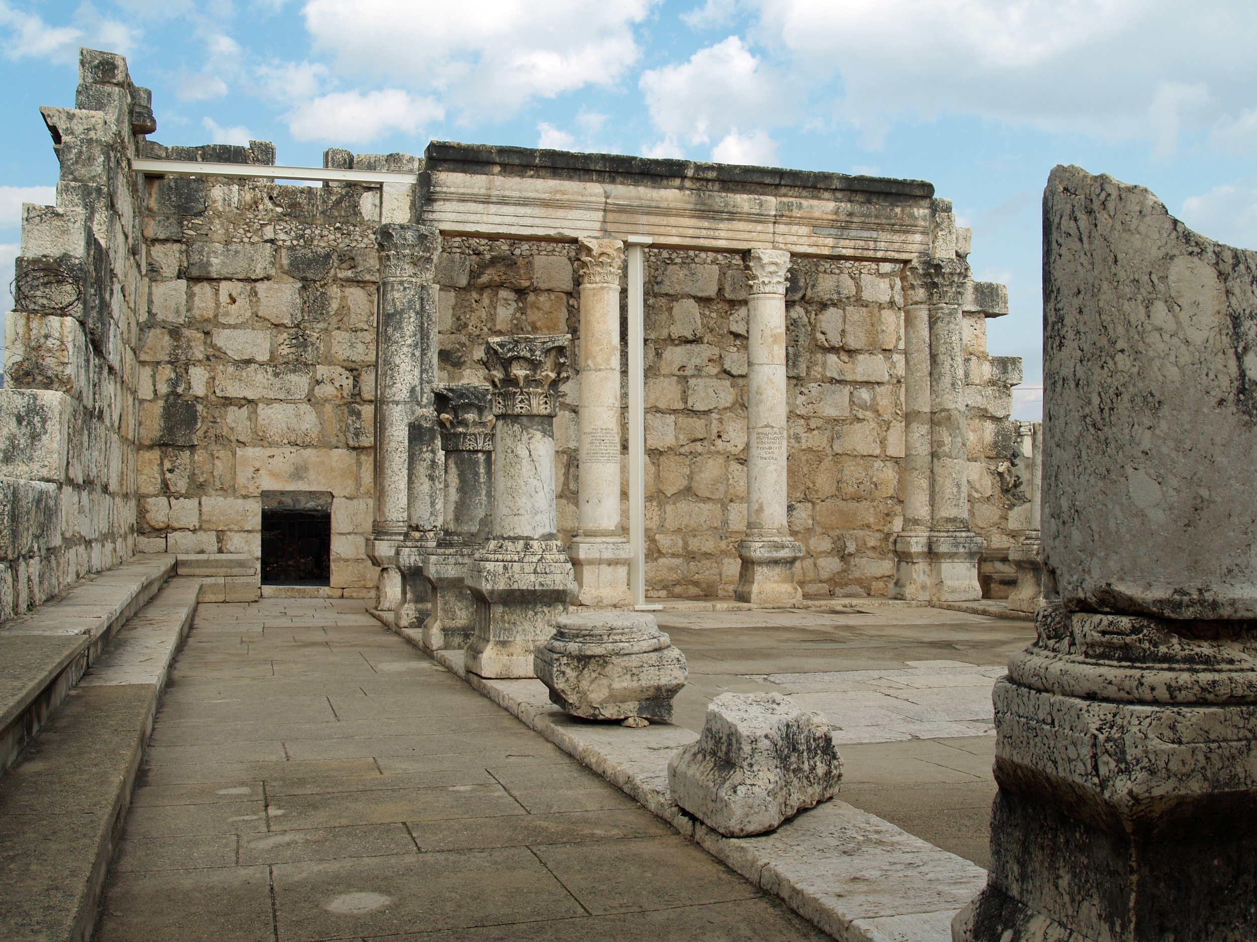 Capernaum_synagogue_by_David_Shankbone.jpg