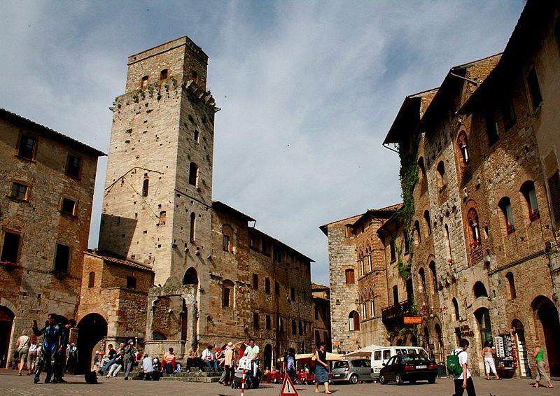 Piaza Cisterna in San Gimignano.jpg