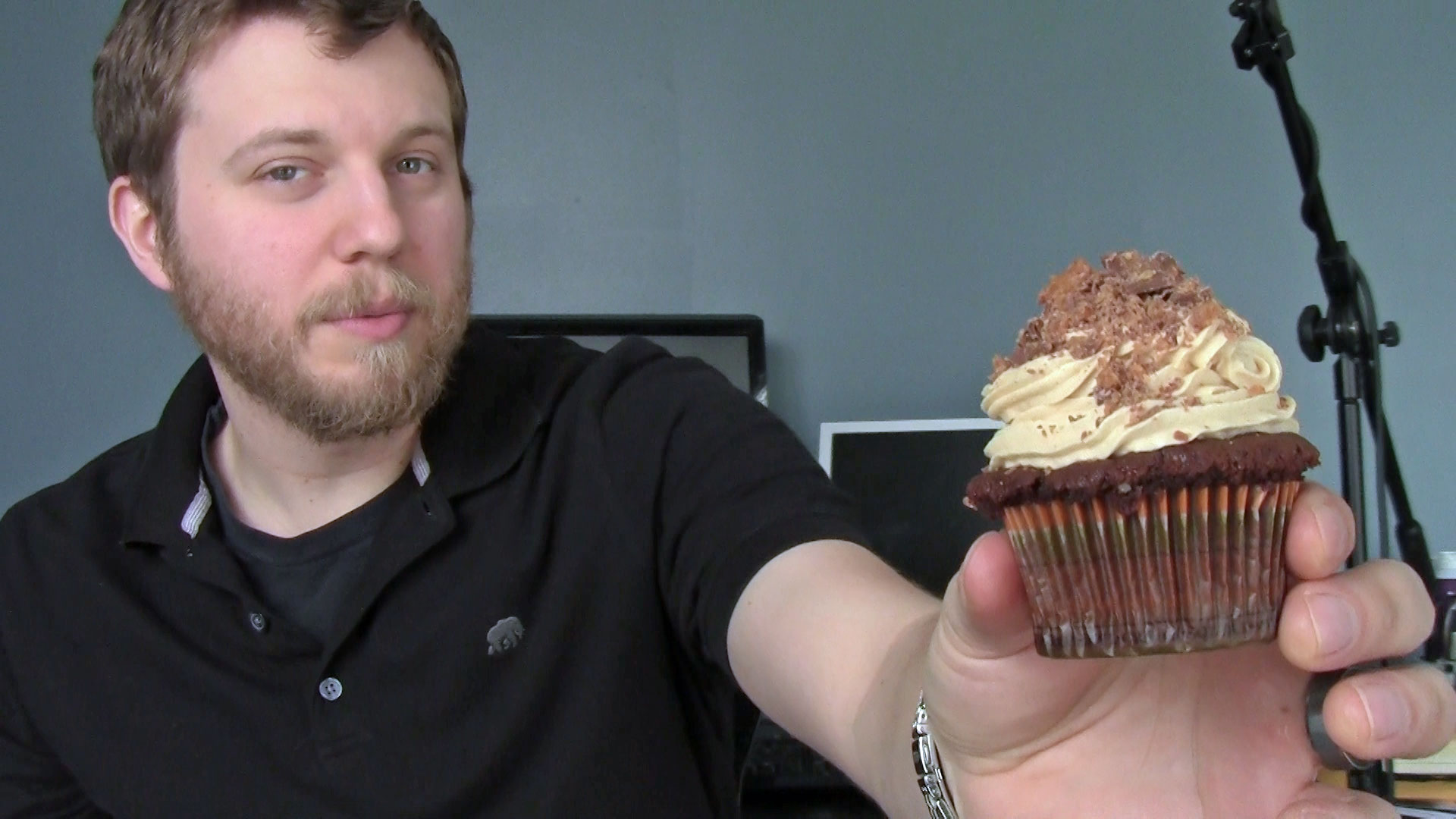 Welcome to my site, have a cupcake!