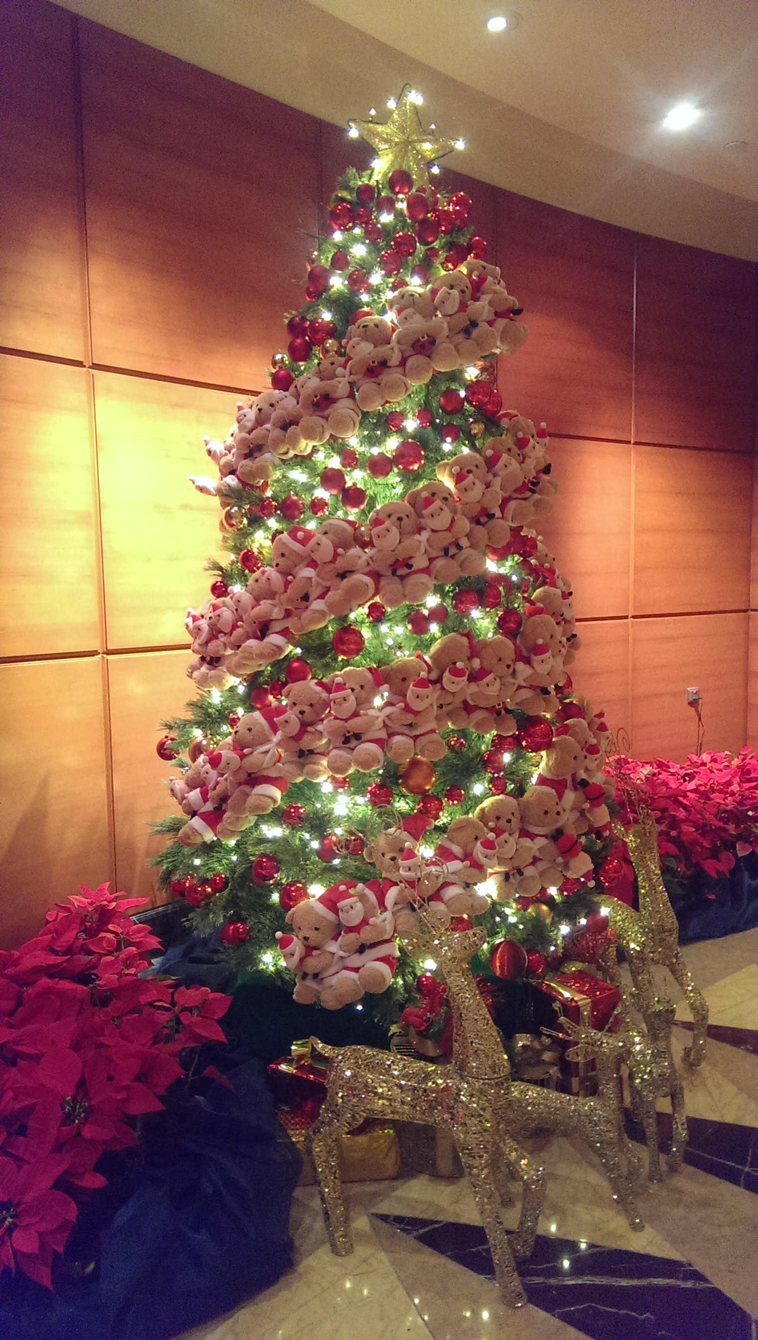 A Bearful Christmas Tree at Fullerton Hotel.