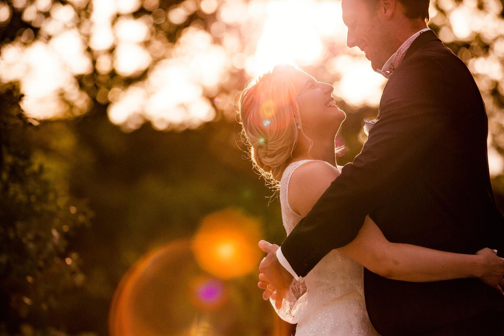mariés au coucher de soleil