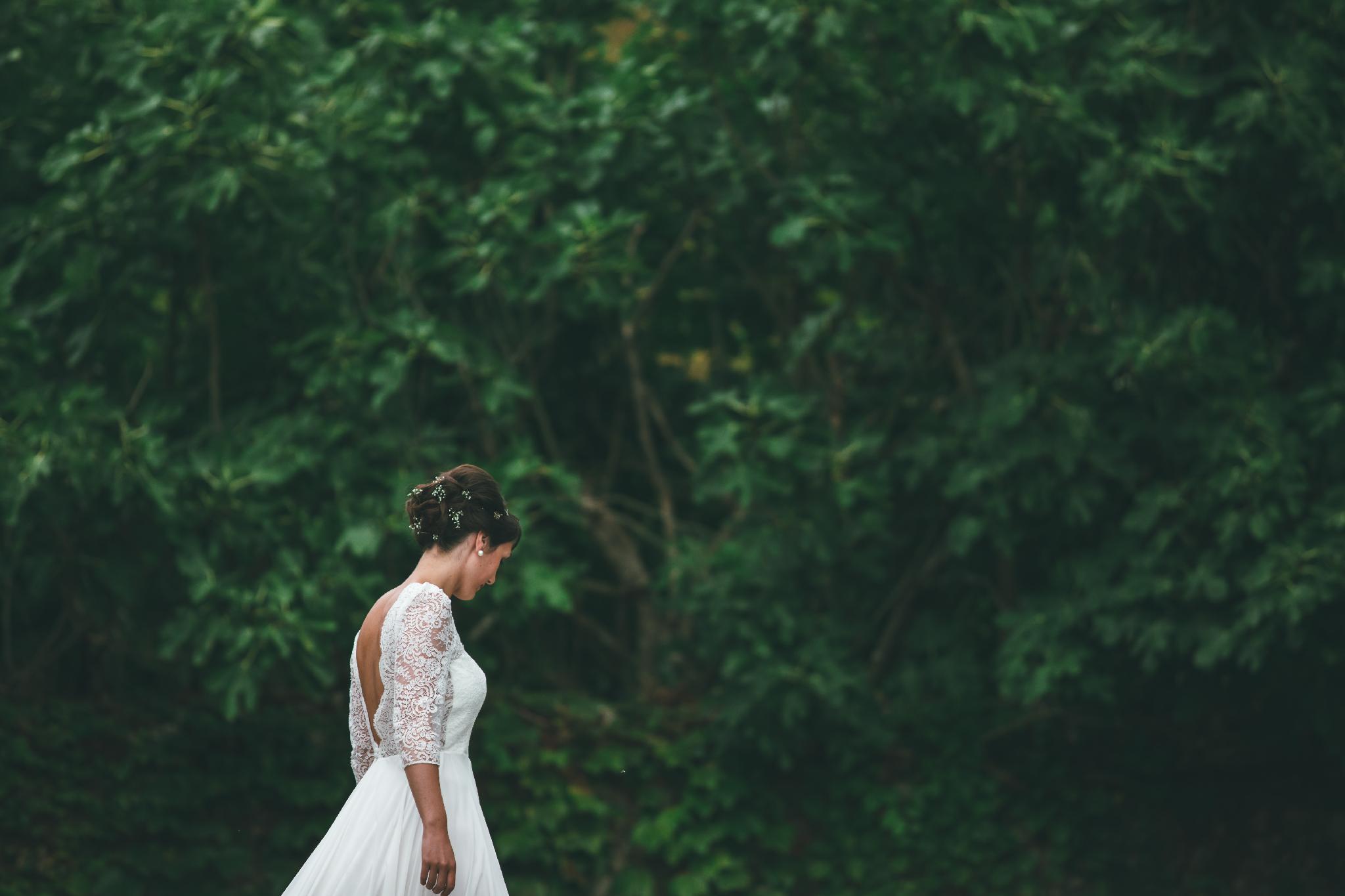 Mariée devant verdure