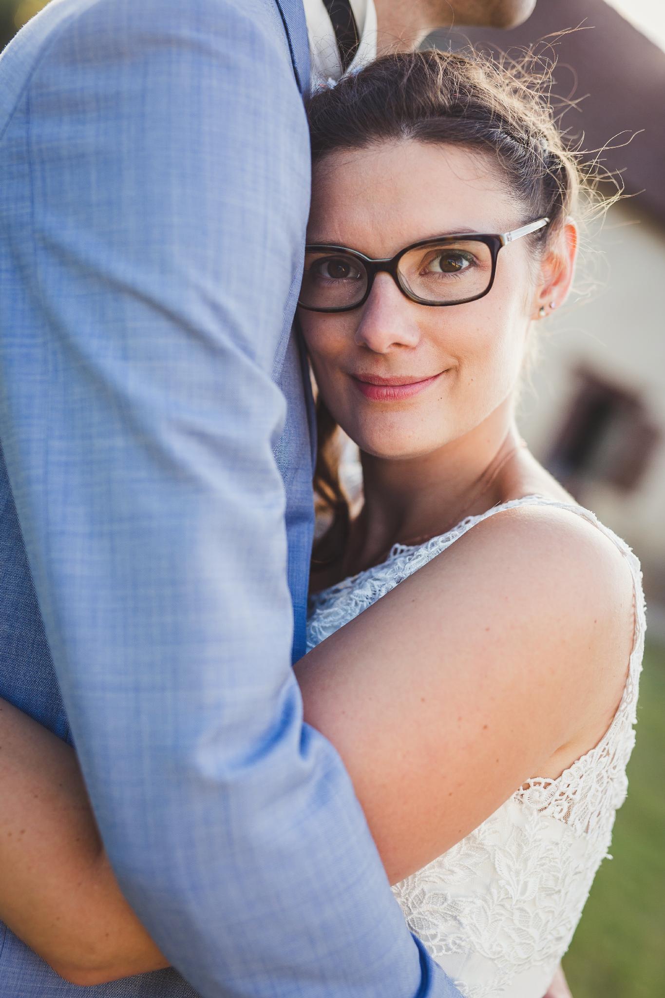 Mariée dans les bras de son mari