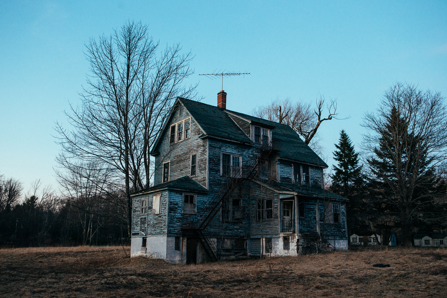 While heading out of town, I stopped at this real spooky looking home. It could be a great set for a horror film.