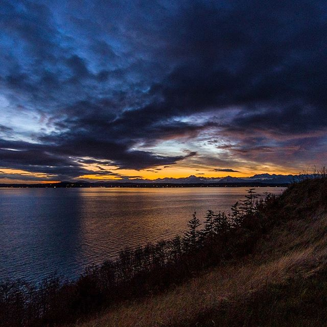 . . . . . . . #seattle #seattlelife #seattlephotographer #seattleart #pnw #sunset #nikonusa #washingtonexplored #pnwescapes #landscapephotography #landscape_lovers #landscape_captures #landscapecaptures #landscapephoto #visitseattle #clouds #sky_sea_sunset #livewashington #viewpnw #fs_sunset #ZonePhotographer #sunsetlovers