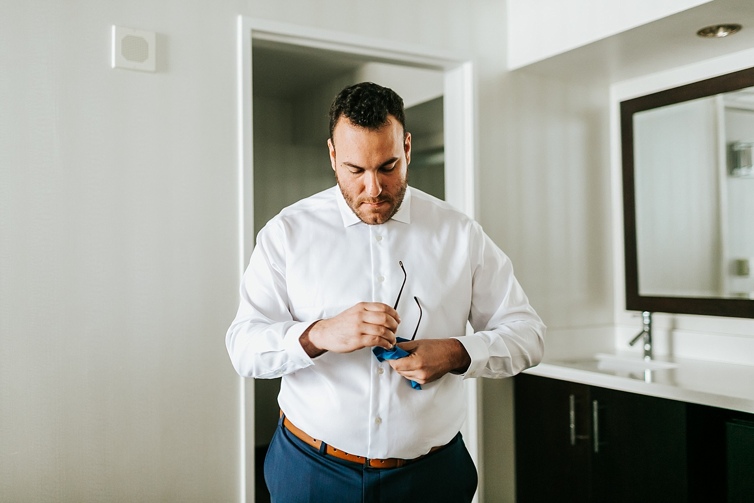 Summer wedding groom prep photos at the Courtyard by Marriott Philadephia Downtown by Danfredo Photos + Films