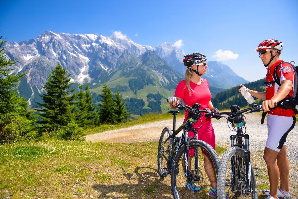 Bike und E-Bike  Ob sportlich oder gemütlich, ob bergauf oder bergab, ob schweißtreibend oder elektrisch, der Hochkönig hat für jeden Bike-Geschmack eine tolle Auswahl an gut markierten Strecken mit unterschiedlichen Schwierigkeitsgraden zu bieten. Was hier nicht fehlen darf? A g'schmackige Jause auf den urigen, gemütlichen Almhütten der Region. Aber nicht nur Radler können ihre Reserven im idyllischen Almambiente auffüllen, auch E-Bike-Tankstellen sorgen für Energie-Nachschub. Highlight für alle E-Biker ist die ii-Tour mit 113 km und über 5.000 Höhenmetern.  Informationen zum Radfahren am Hochkönig   Informationen zur ii-Tour   Interaktive Bike-Karte hier