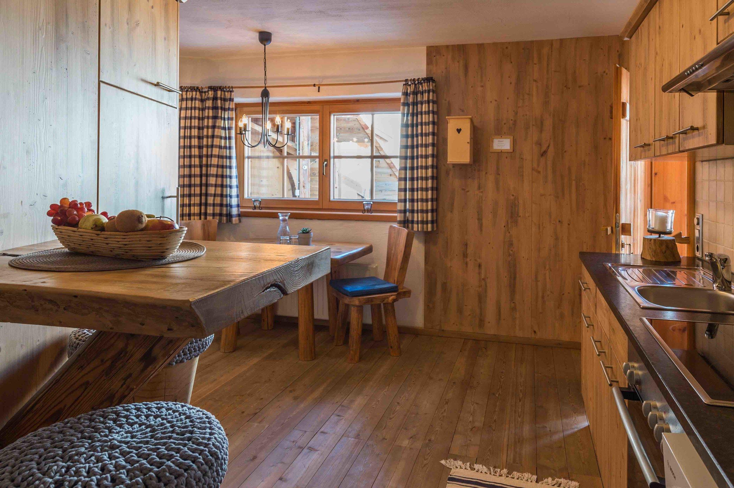 Küche voll ausgestattet mit gemütlichem Esstisch