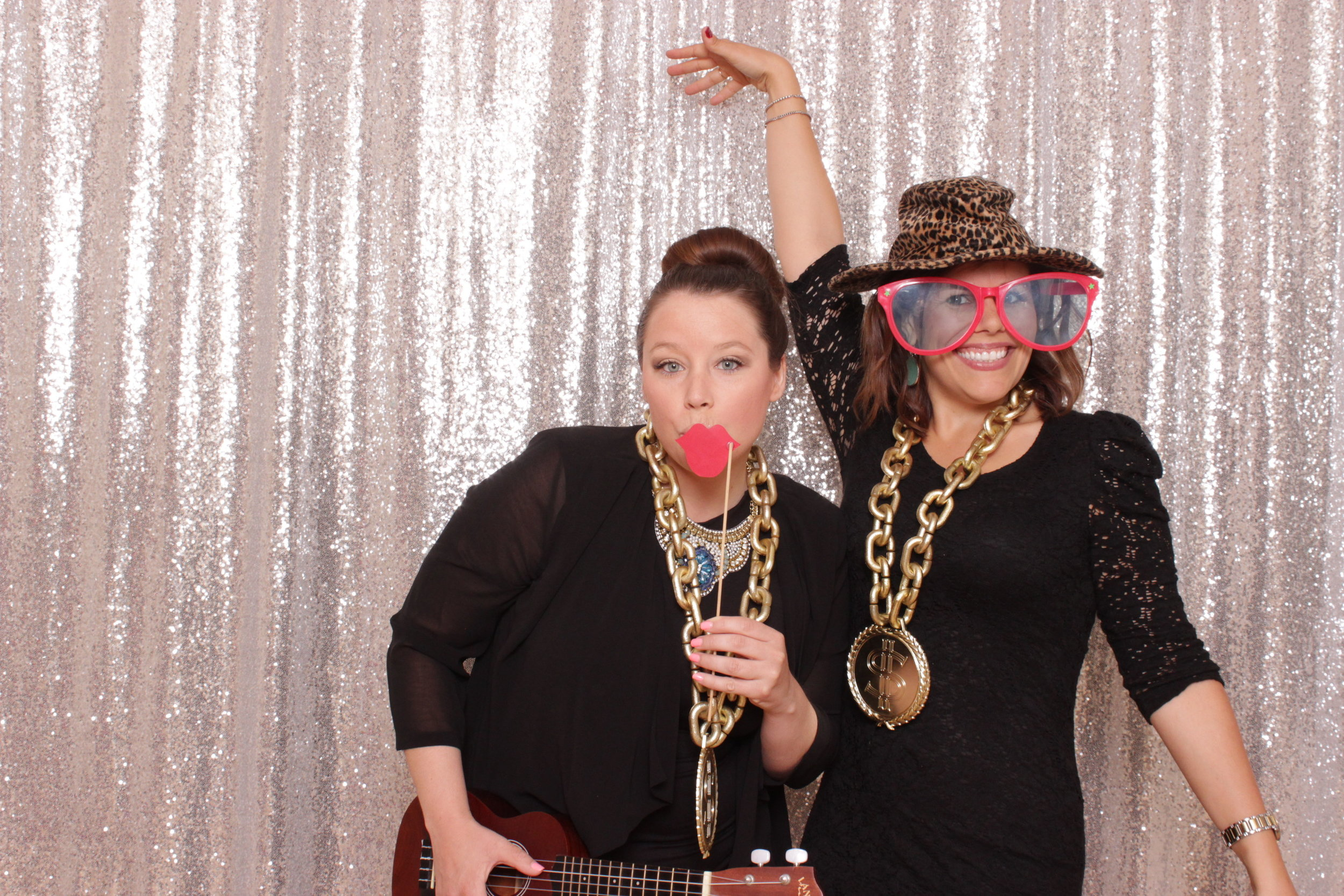 fun-chico-photo-booth-gold-chain-prop