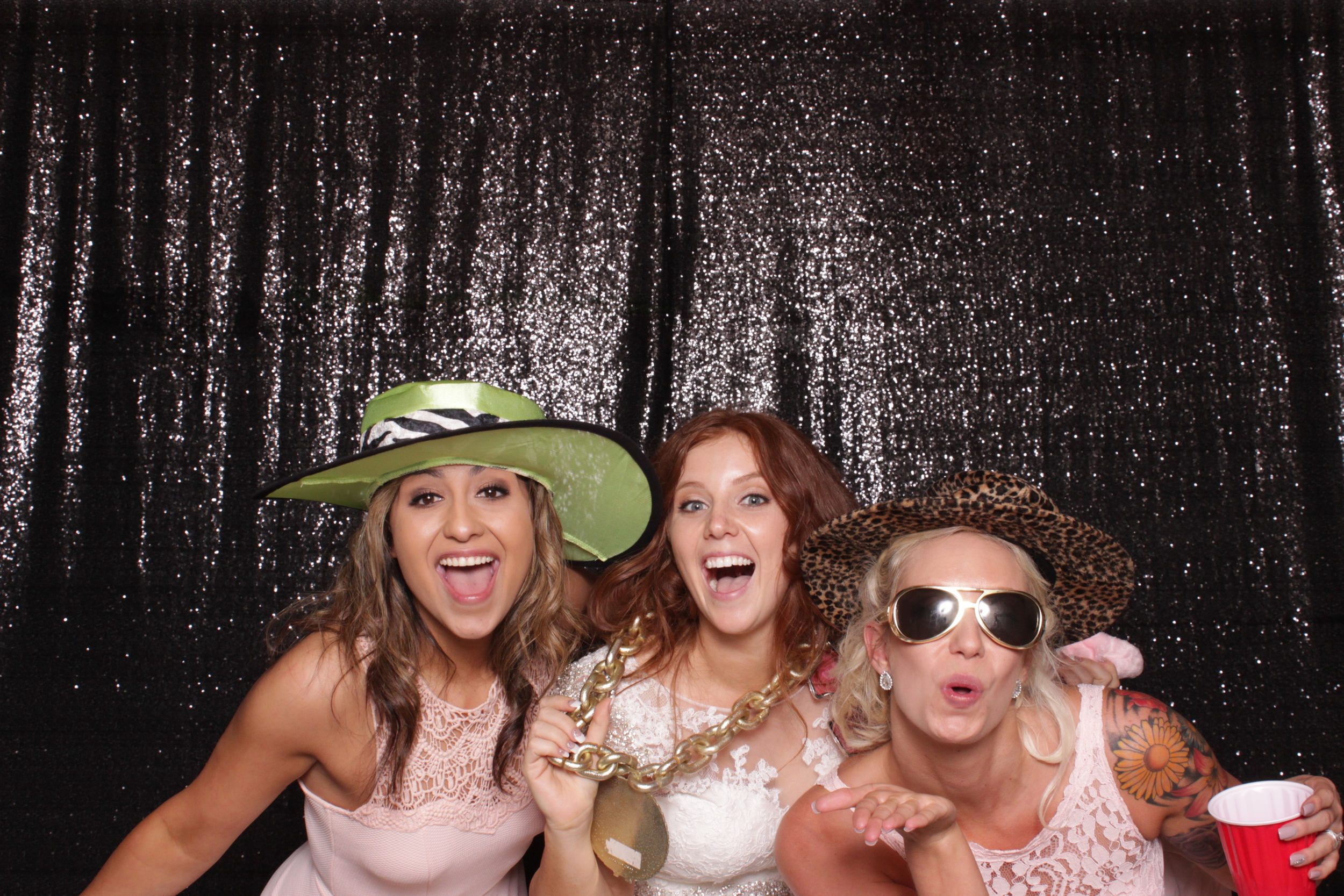 wedding-chico-open-air-photo-booth-bride-and-friends