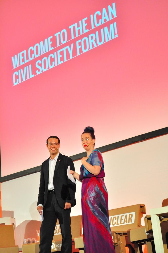 Martin Thomas Pesl mit Ko-Moderatorin Therese Nordhuis Lien