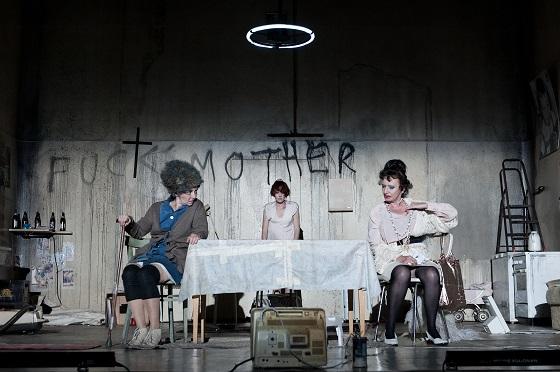 v.l.n.r.: Regina Fritsch (Erna), Stefanie Dvorak (Mariedl), Barbara Petritsch (Grete)© Reinhard Werner