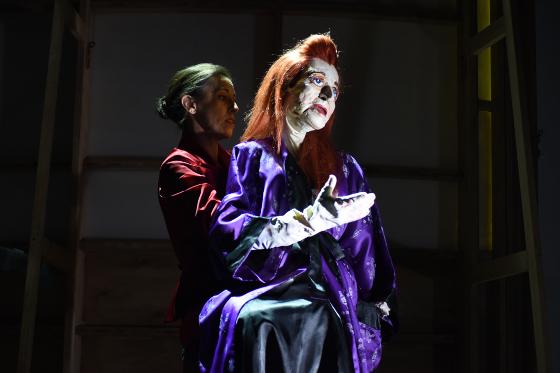 Sprüchesängerin im Kimono: Manuela Linshalm mit der Jelinek-Puppe @ Alexi Pelekanos