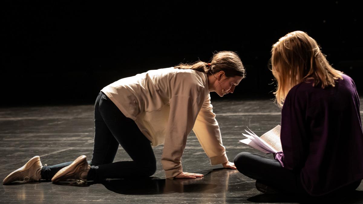 Mette Edvardsen umkreist bodennah das Genre der Oper © Werner Strouven