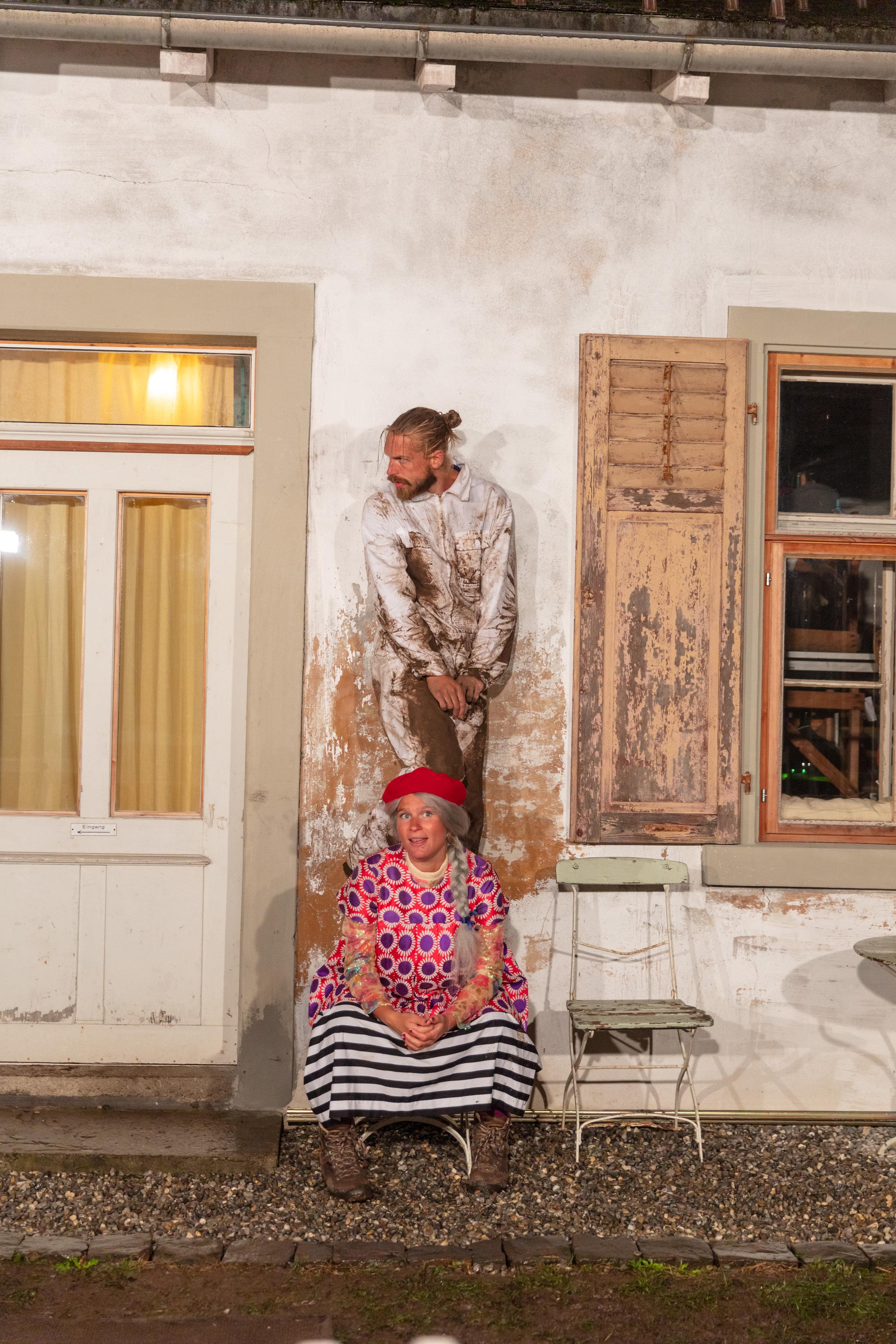 Hausgeist Onkel John wird eins mit Tante Lalas geliebter Immobilie © Andrin Winteler