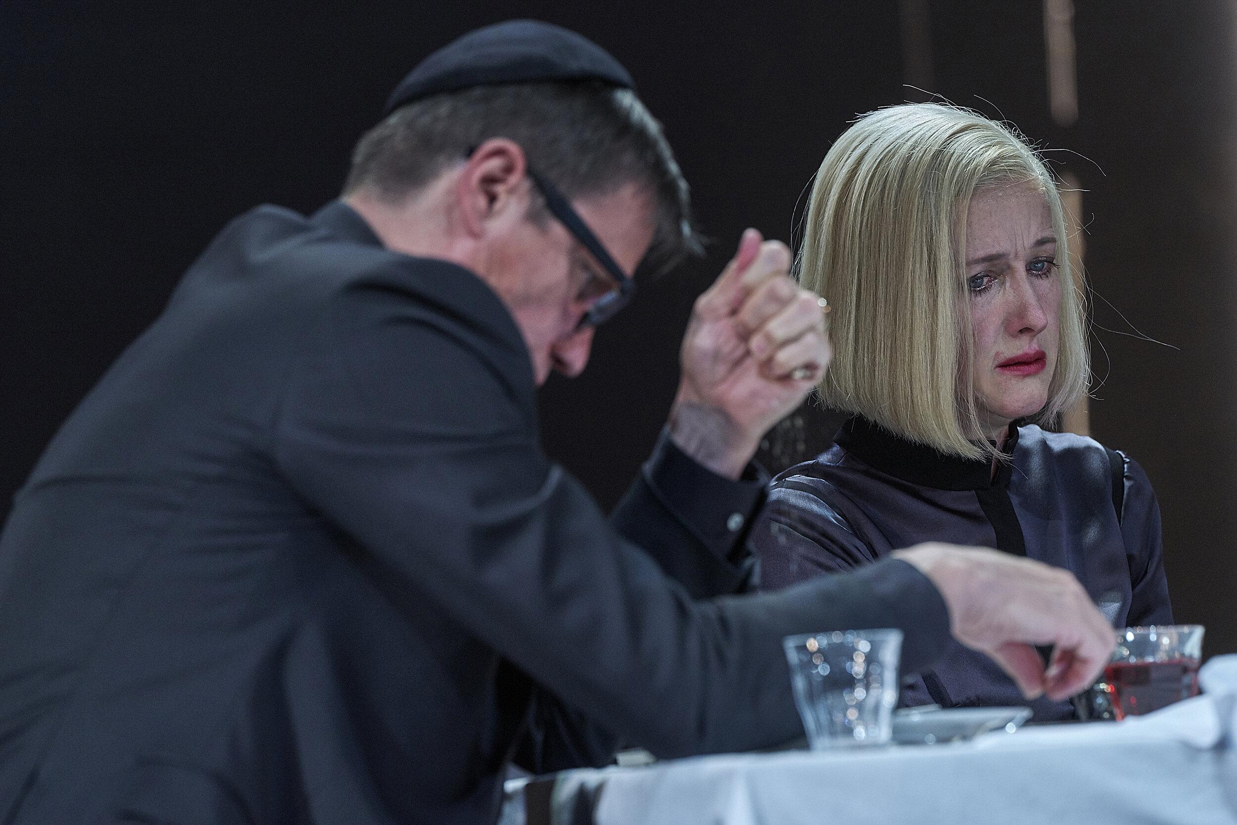 Bemerkenswert: Markus Scheumann als Israeli, Sabine Haupt als seine ostdeutsche Frau © Matthias Horn/Burgtheater