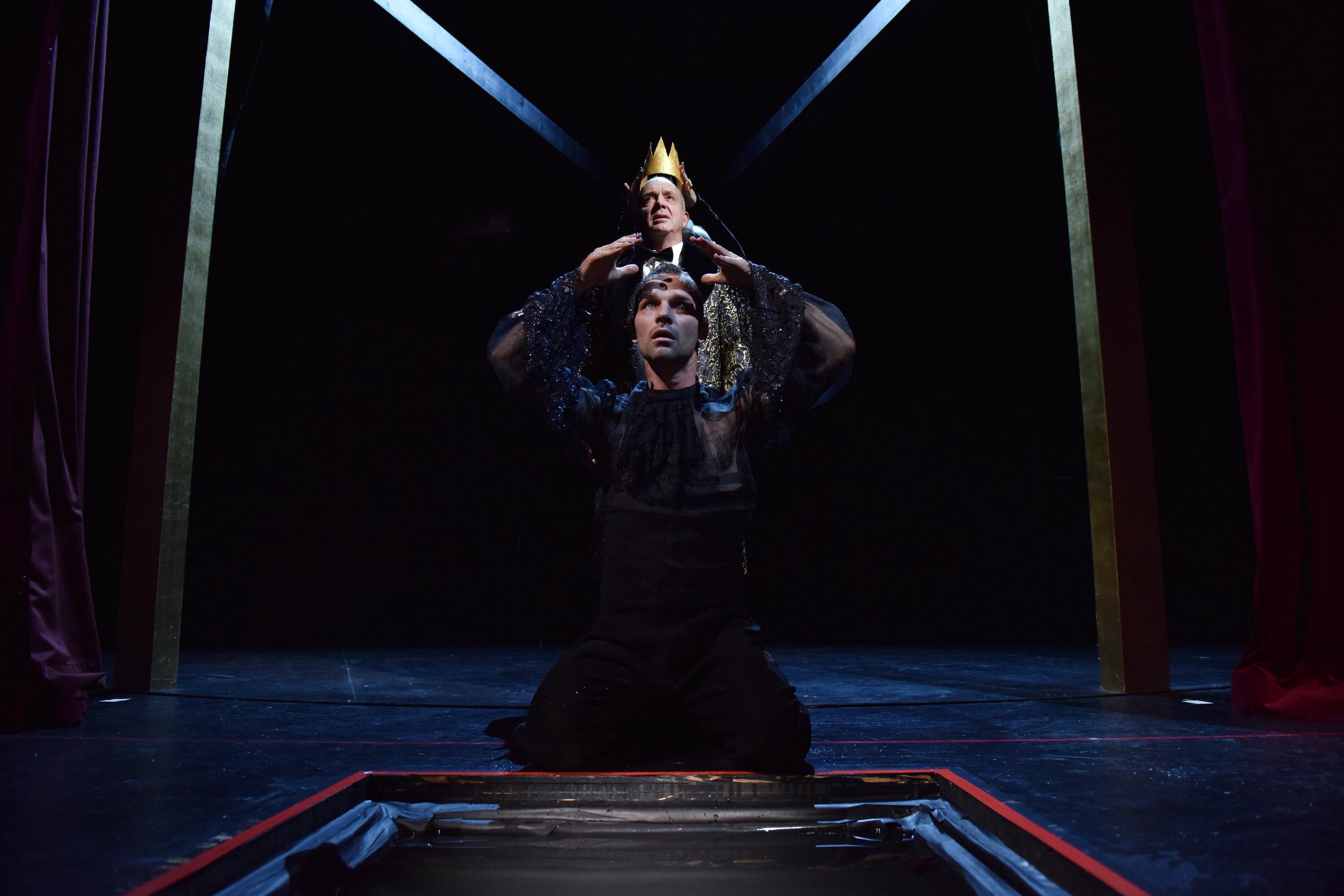 Hamlet Tim Breyvogel mit Claudius Michael Scherff © Alexi Pelikanos