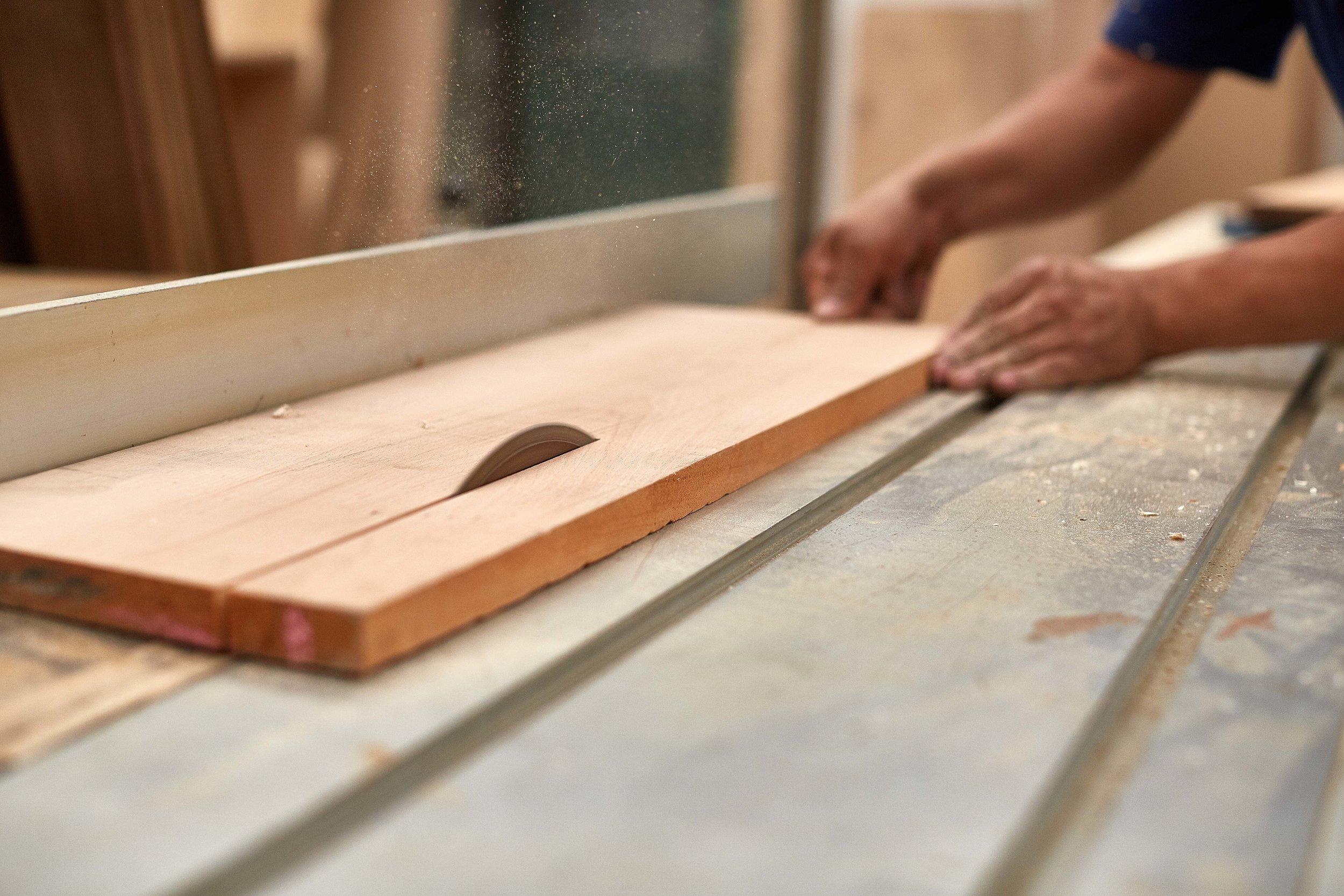 - Primitivo Taller se distingue, principalmente, por trabajar maderas y metales, aunque también se ocupa de otros materiales, dependiendo de cada proyecto.