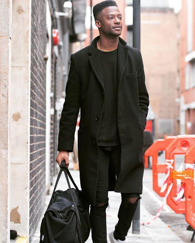 Photo @davidcphotography_uk  Blogger - Heri  #allblack #kinda #street #style #fashion #lifestyle #universal #ripped #jeans #davidcphotography_uk #portrait #portfolio #blogger #photographer