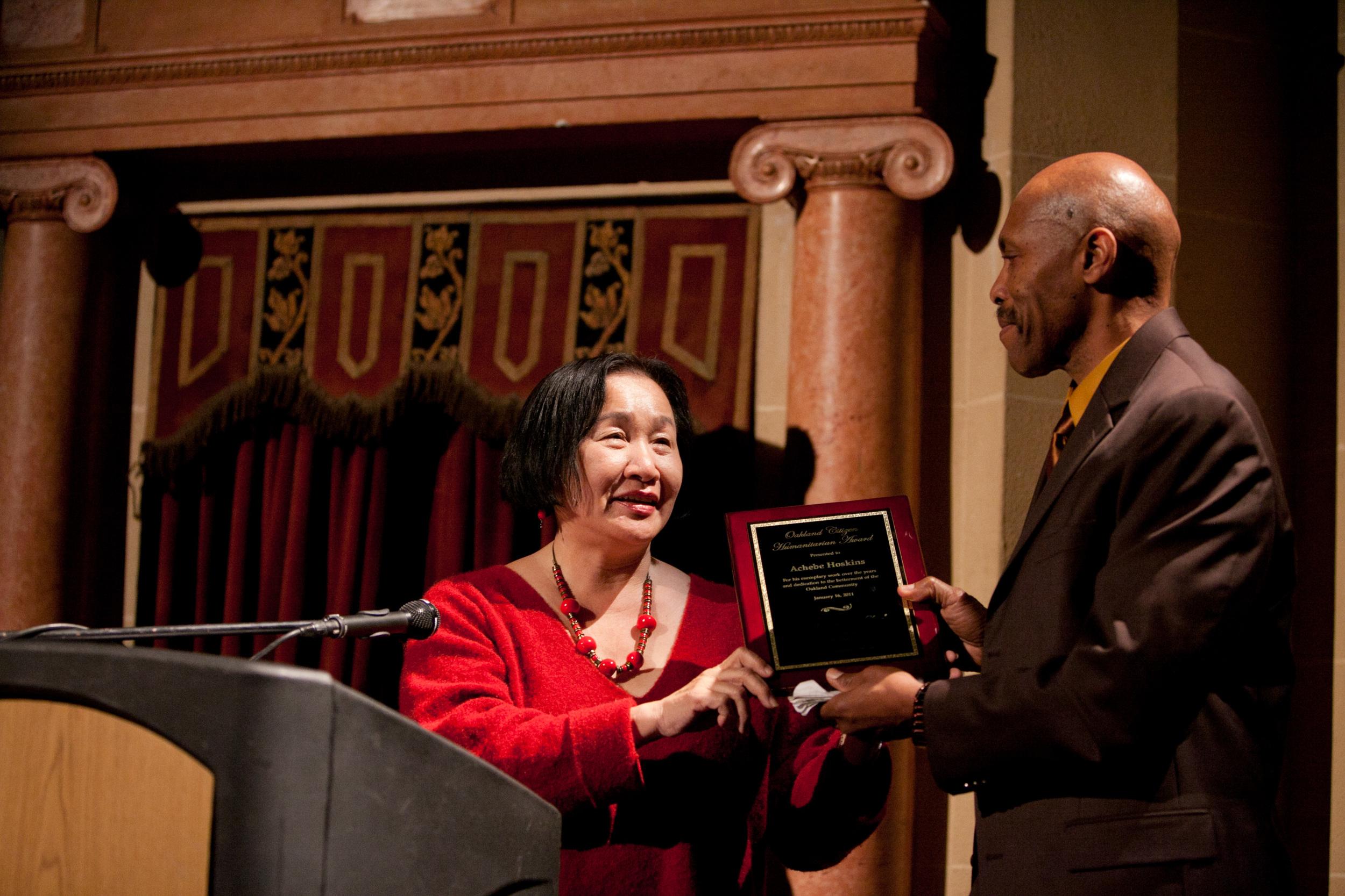 Mayor Jean Quan presents Achebe Hoskins the Humanitarian Award